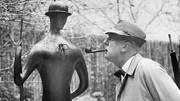 Hulot-looks-at-statues
